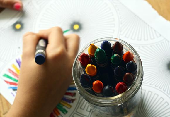 niños pintar jugar