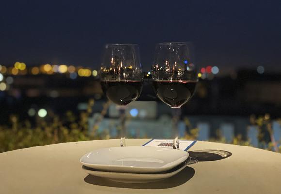 Un buen plan: copa de vino en la terraza del hotel Royal
