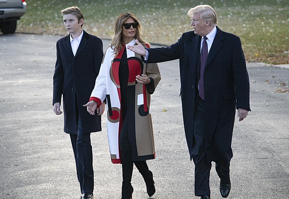 Melania Trump, Donald Trump y su hijo Barron