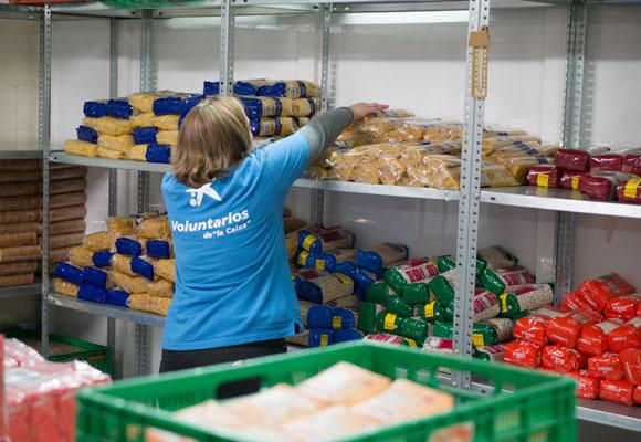Reparto de comida por voluntarios de la Caixa