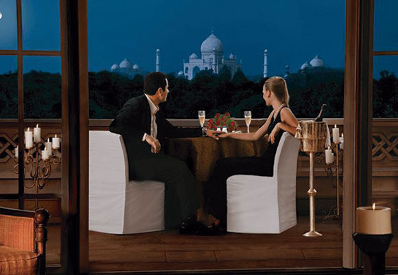 cena frente al Taj Mahal India