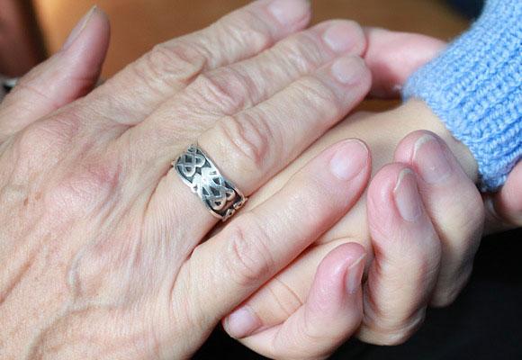abuelos manos niños contacto