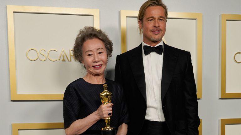 Youn Yuh-Jung y Brad Pitt