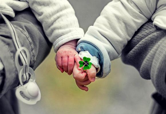 manos niños amor