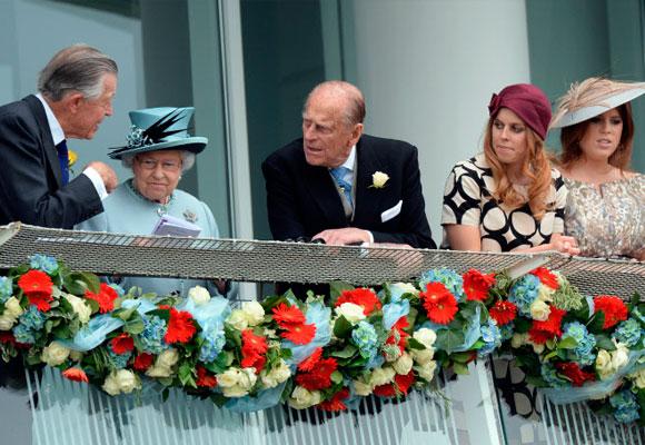 Michael Oswald con reina Isabel II