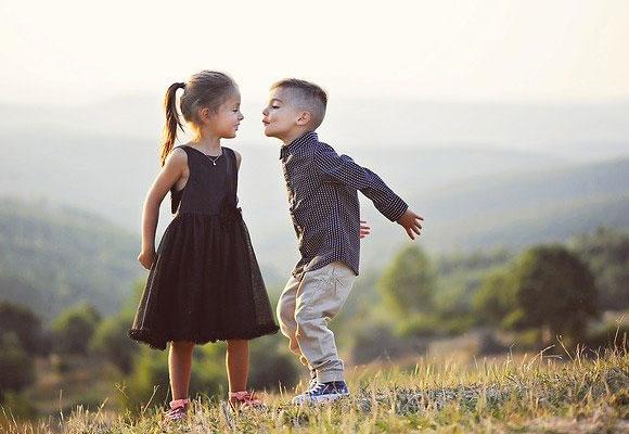 niños beso abrazar amor